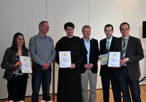 Am 4. Mai in Hamburg auf dem Kirchentag: Die Webfish-Gewinner.  (v.l.: gemeindemenschen.de, karmeliten.de und theopop.de. Bild: EKD)