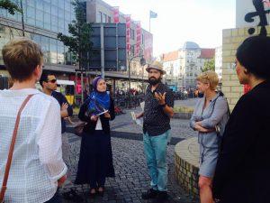 Interreligiöse Stadtführer bei der Arbeit. (Bild: Cross Roads)